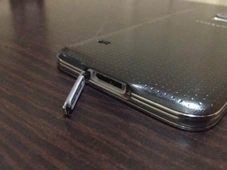 Samsung-Galaxy-S5-dock-charging-port